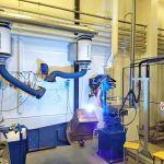 Hitsausrobotti työssään kone- ja tuotantotekniikan laboratoriossa.