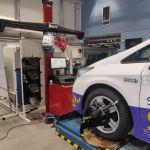 Henkilöauto nosturilla auto- ja työkonetekniikan laboratoriossa.
