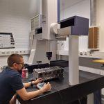 Opiskelija työskentelee kone- ja tuotantotekniikan laboratoriossa.