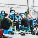 Opiskelijoita työskentelee auton parissa auto- ja työkonetekniikan laboratoriossa.
