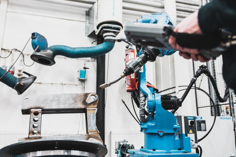 Hitsausrobotin käyttöä kone- ja tuotantotekniikan laboratoriossa.