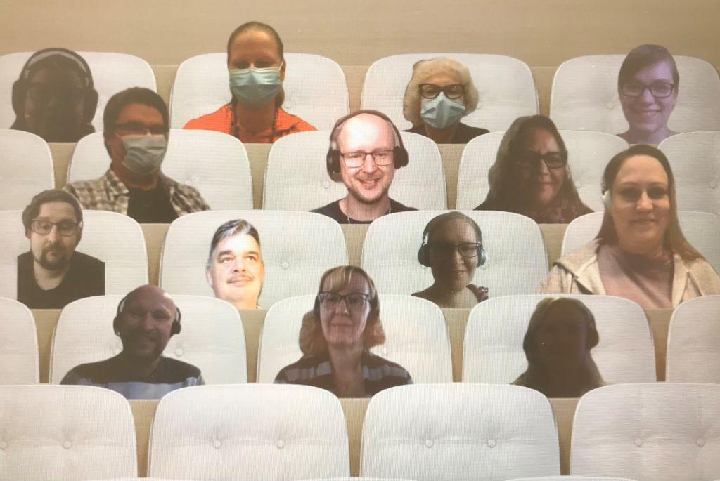 Kuvakaappaus Teams-kokouksen auditorionäkymästä, jossa näkyvät kokoukseen osallistuneiden kasvot.