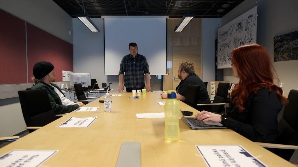 Kuva 2. Projektiryhmä kokoustilassa.