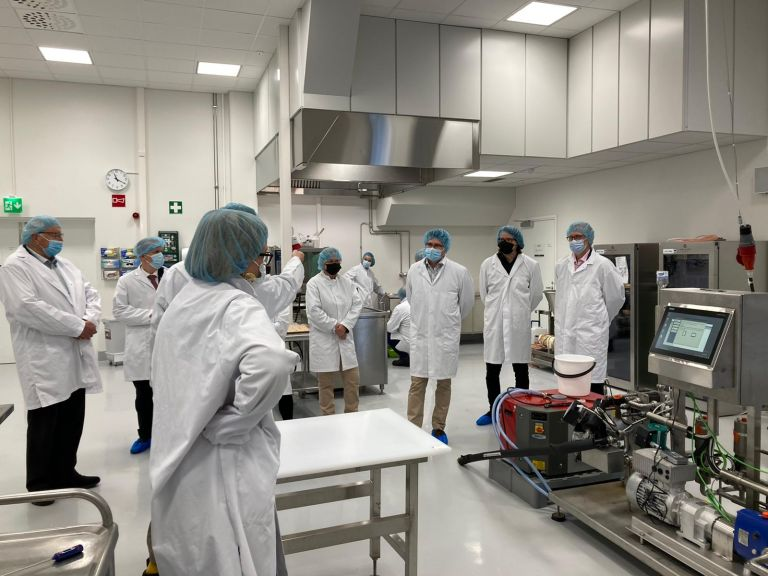 Terhi Junkkari esittelemässä SeAMKin Frami Food Labia, Framin elintarvikelaitosta.