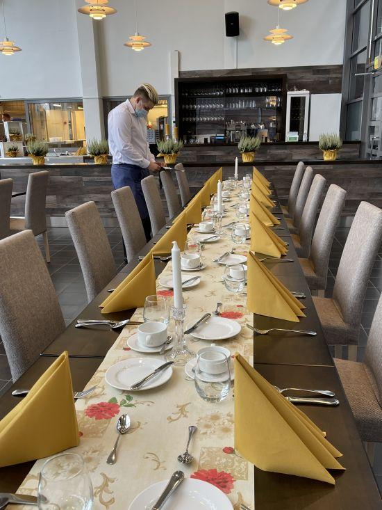 Opiskelijat valmistautuvat tarjoiluihin opetusravintola Prikassa.