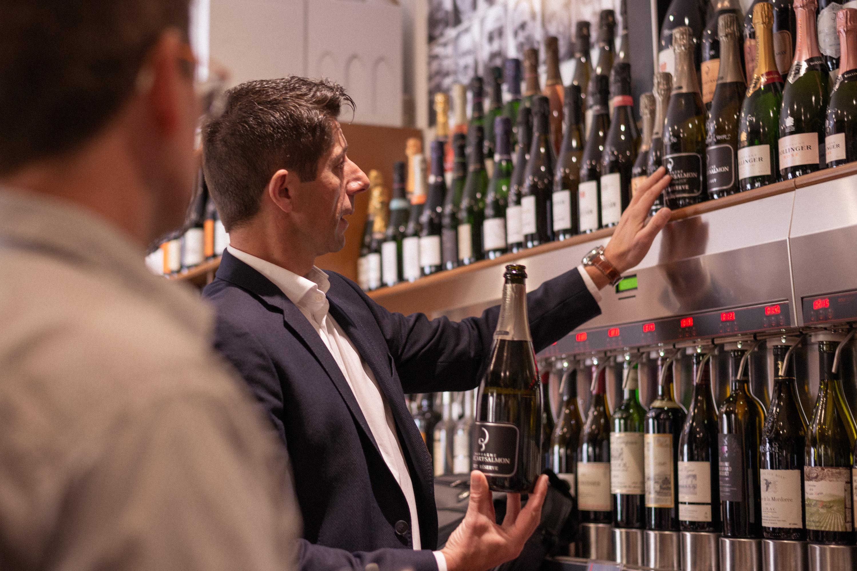 Sébastien conseille un caviste sur une bouteille de champagne Billecart Salmon