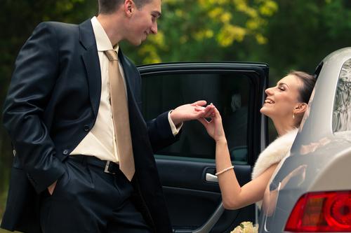 Brudepar på vej ud af bil