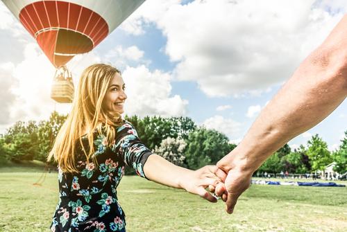 Ungt par på vej i luftballon