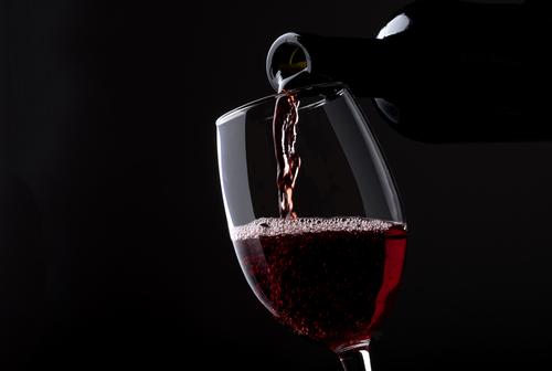 Vin bliver hældt i glasset i mærket