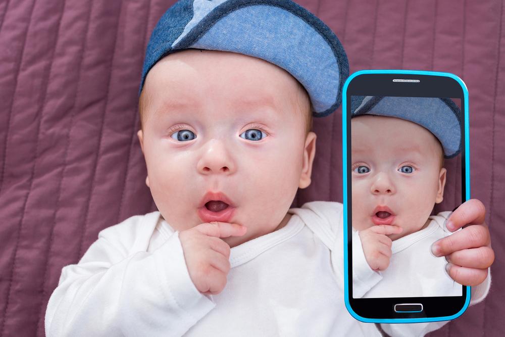 Baby der tager en selfie