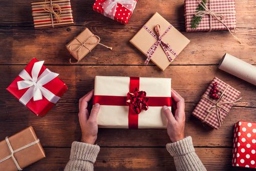 Mand lægger gaver på et træbord