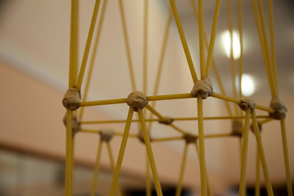 Spagetti tårn af spagetti og tyggegummi