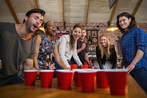 Venner der spiller beer pong