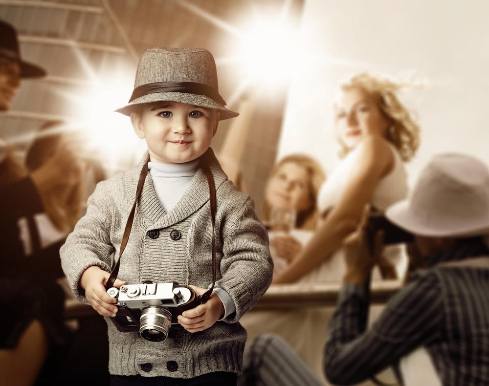 Baby holder kamera i retro billede