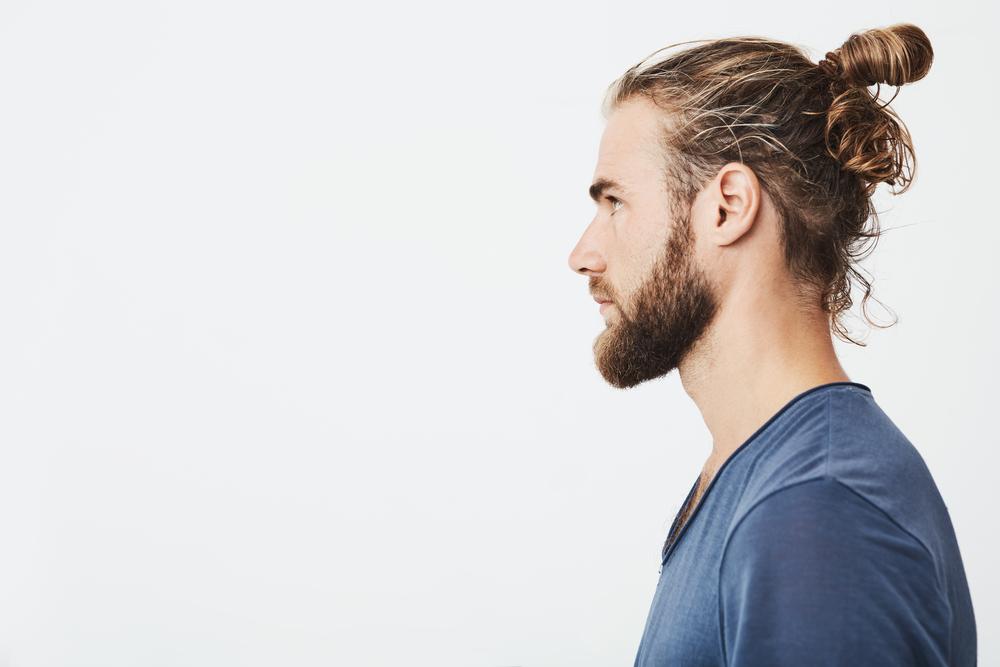 Mand står i profil