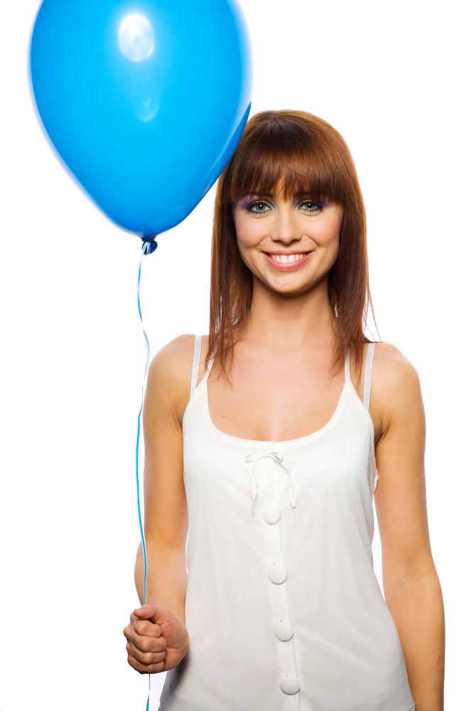 Pige holder helium ballon
