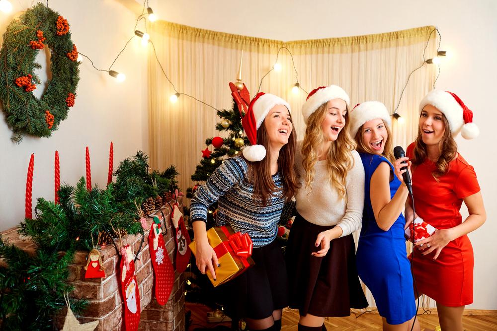 Piger synger julesange