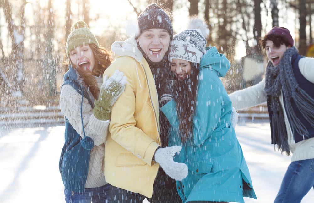Gruppe med venner laver sneboldkamp