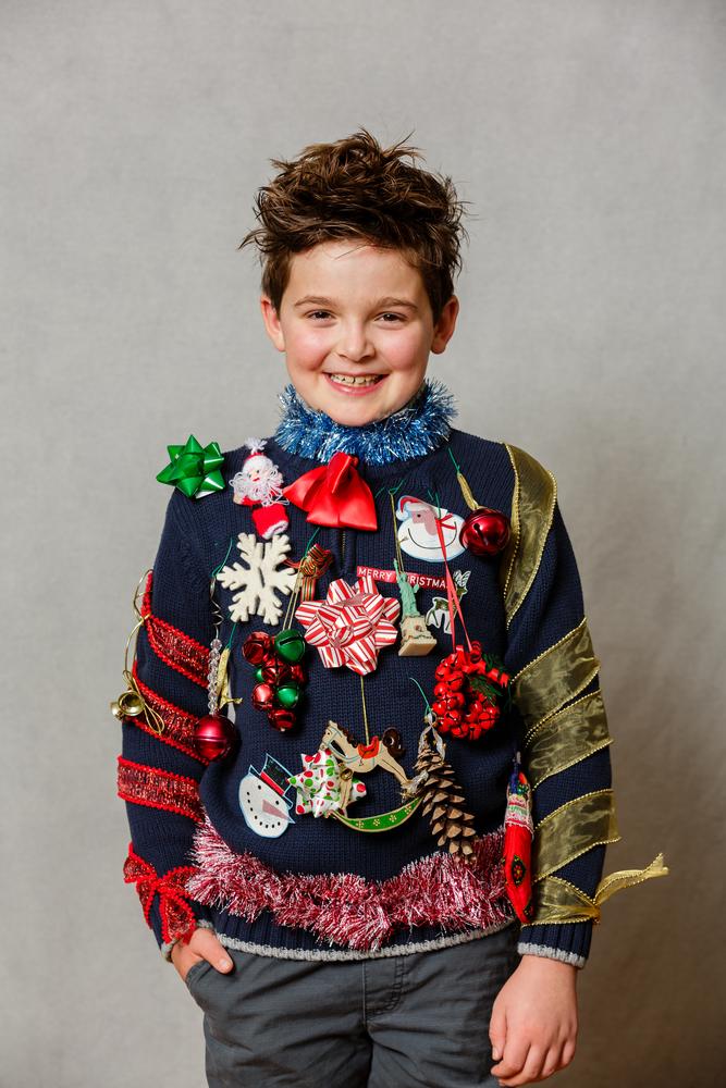 Dreng står i meget grim jule sweater