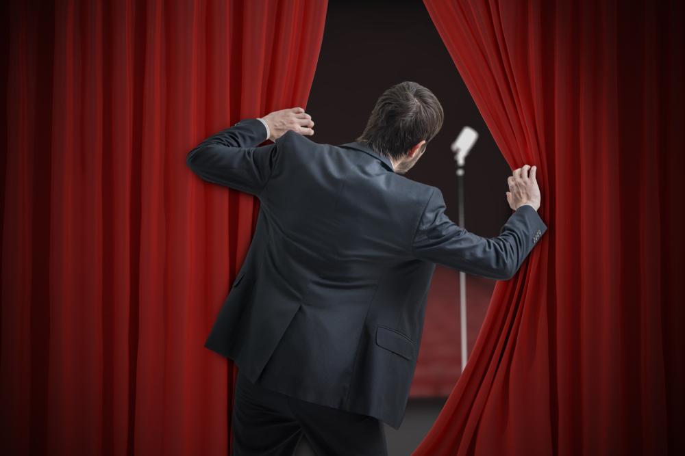 Mand står bag scene, klar til at optræde