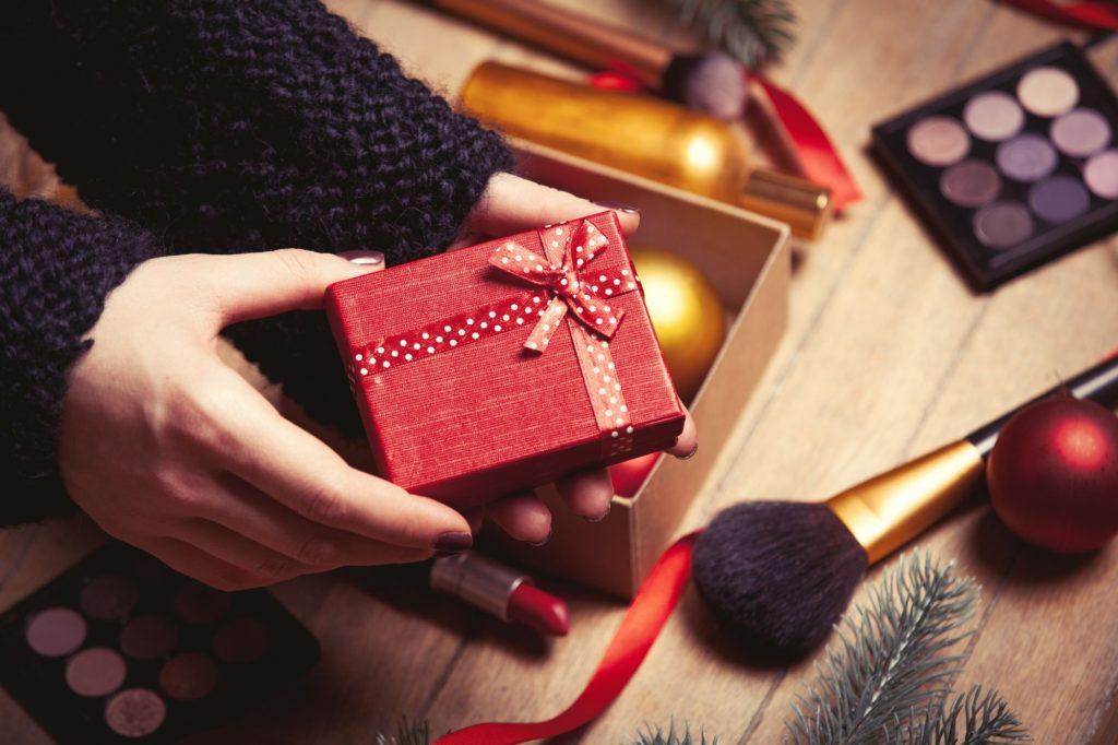 Pomysł na świąteczny prezent: akcesoria do włosów i makijażu