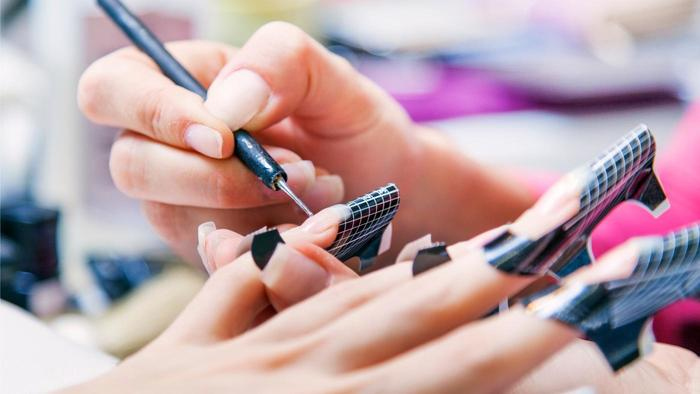 Formy do paznokci pomogą Ci uzyskać równy kształt.