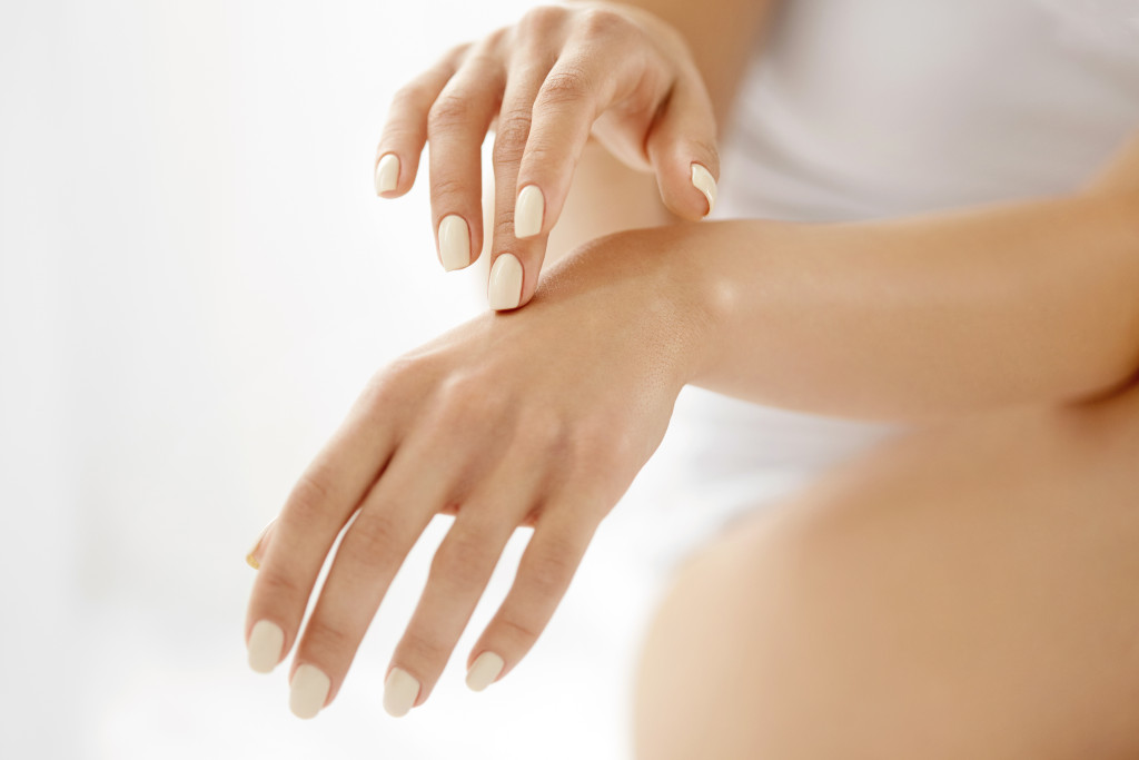 Jak dbać o skórę dłoni zimą?