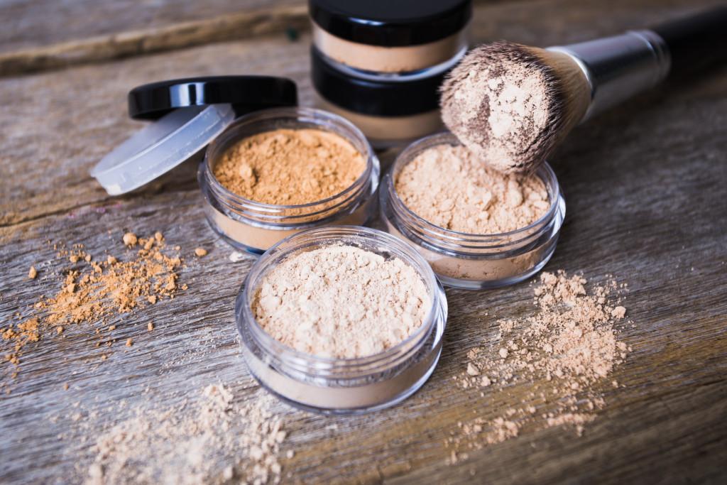 Puder w kamieniu – satynowe wykończenie makijażu