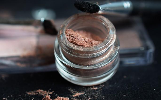 makeup-2409410_1920