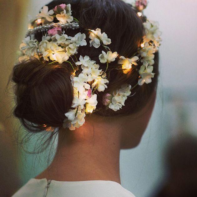 Světelné květinové ozdoby do vlasů (zdroj: bit.ly/1CPJ1qY (bridalmusings.com), citováno dne 22.7. 2015)