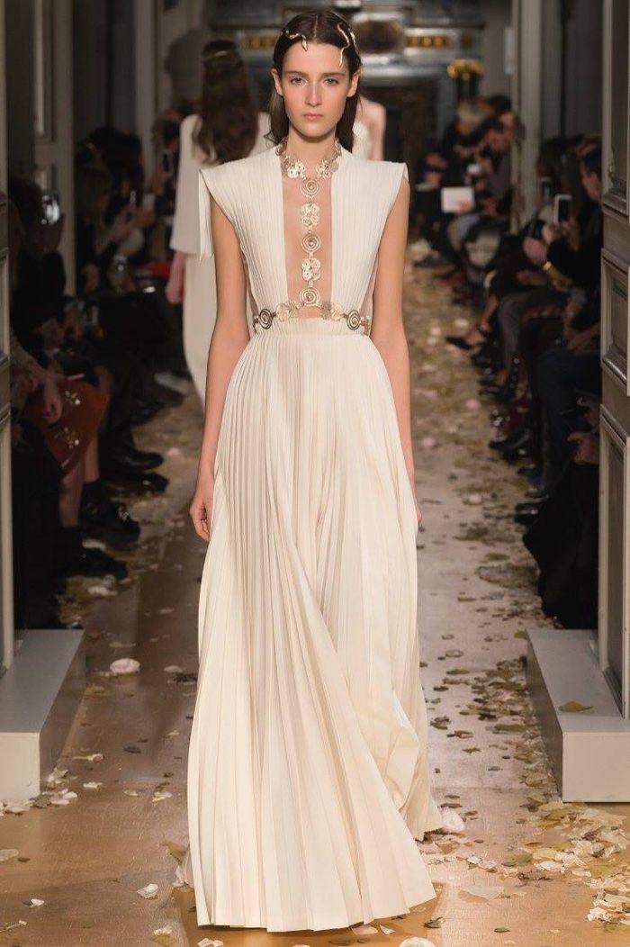 Valentino Spring 2016 Haute Couture Model č. 54, zdroj: fashiongonerogue.com (http://goo.gl/doKFNg)