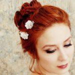 Pozopínané sponkami na temene; Foto: Faylyne (Grace-mini millinery bridal clips); Zdroj: http://bit.ly/1x2Urkn