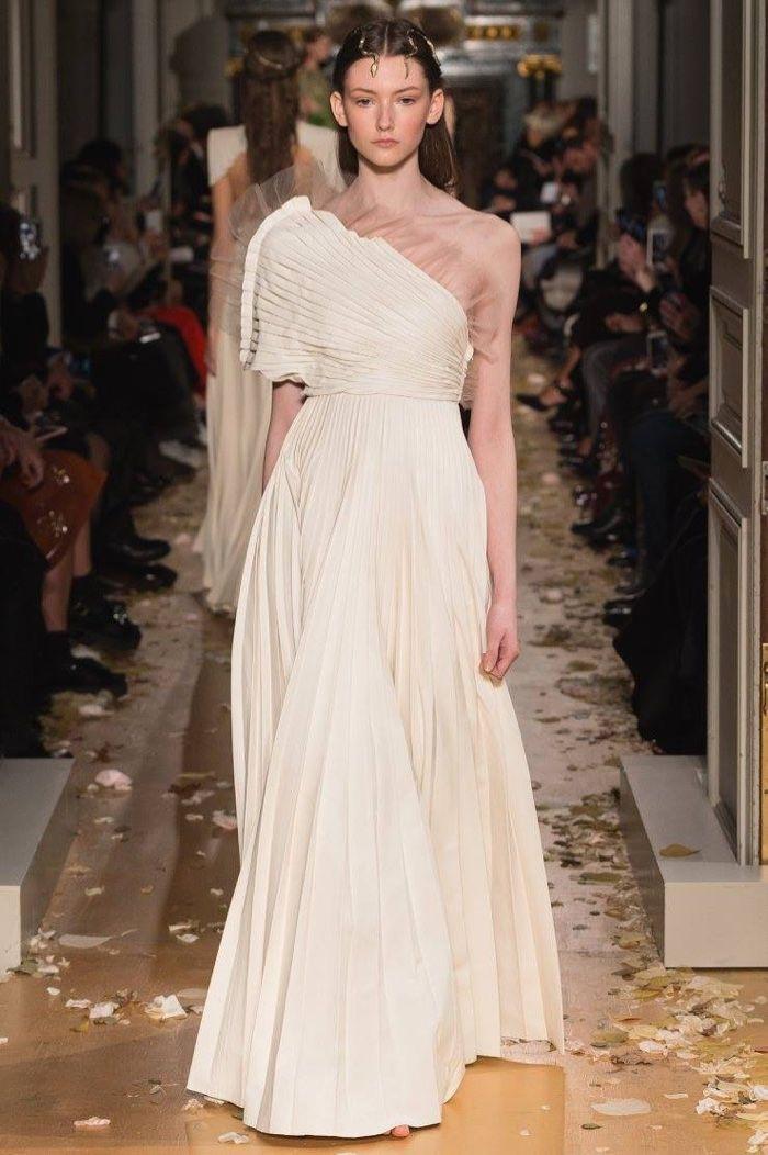 Valentino Spring 2016 Haute Couture Model č. 55, zdroj: fashiongonerogue.com (http://goo.gl/doKFNg)