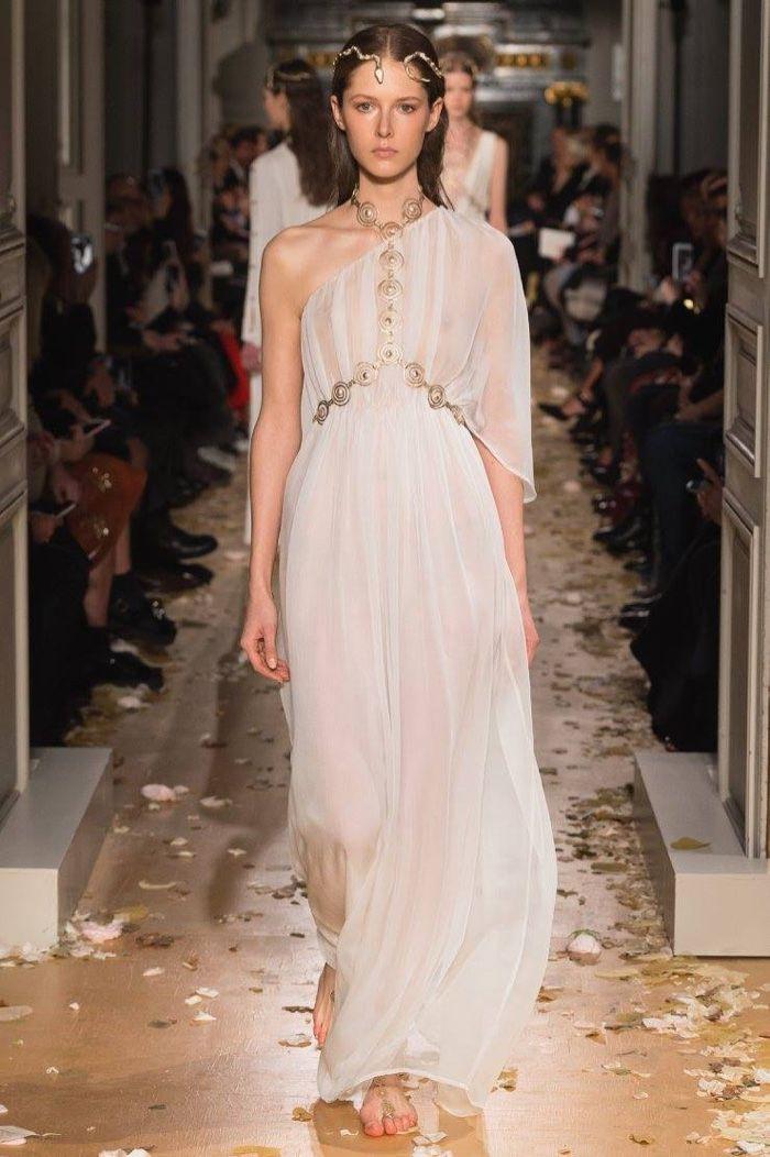Valentino Spring 2016 Haute Couture Model č. 44, zdroj: fashiongonerogue.com (http://goo.gl/doKFNg)