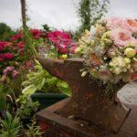 Záhrada v plnom kvete pripravená na vítanie hostí a stará nákova dostala moderný vzhľad s pomocou kvetín