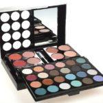 Dekoratívna kazeta Makeup Trading s očnými tieňmi, farbami na líčka, leskami na pery, púdrami a riasenkou od Elnino.sk