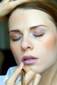 očné linky vo farbe bronzu a ružového zlata; Foto: Olga (Make-up); Zdroj: http://bit.ly/1xHjJHD