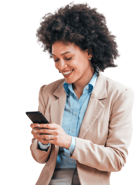 una mujer profesional mirando su celular