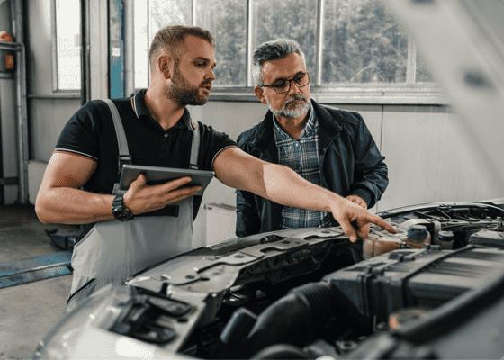 Mecánico explicando detalles a un cliente