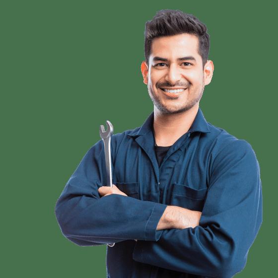 un mecánico con una llave inglesa