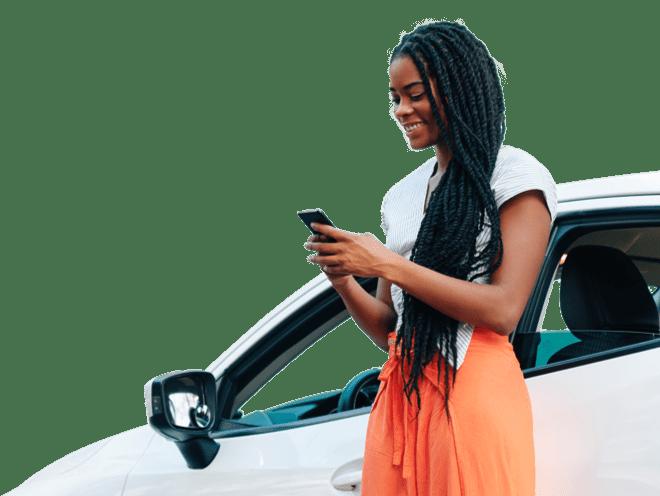 Una mujer con rastas mirando el móvil