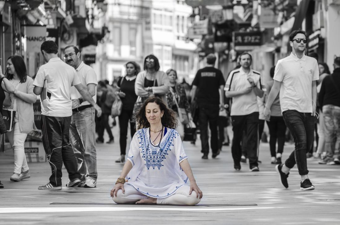 Meditando-Savitri-calle-Real-bn-y-color.jpg
