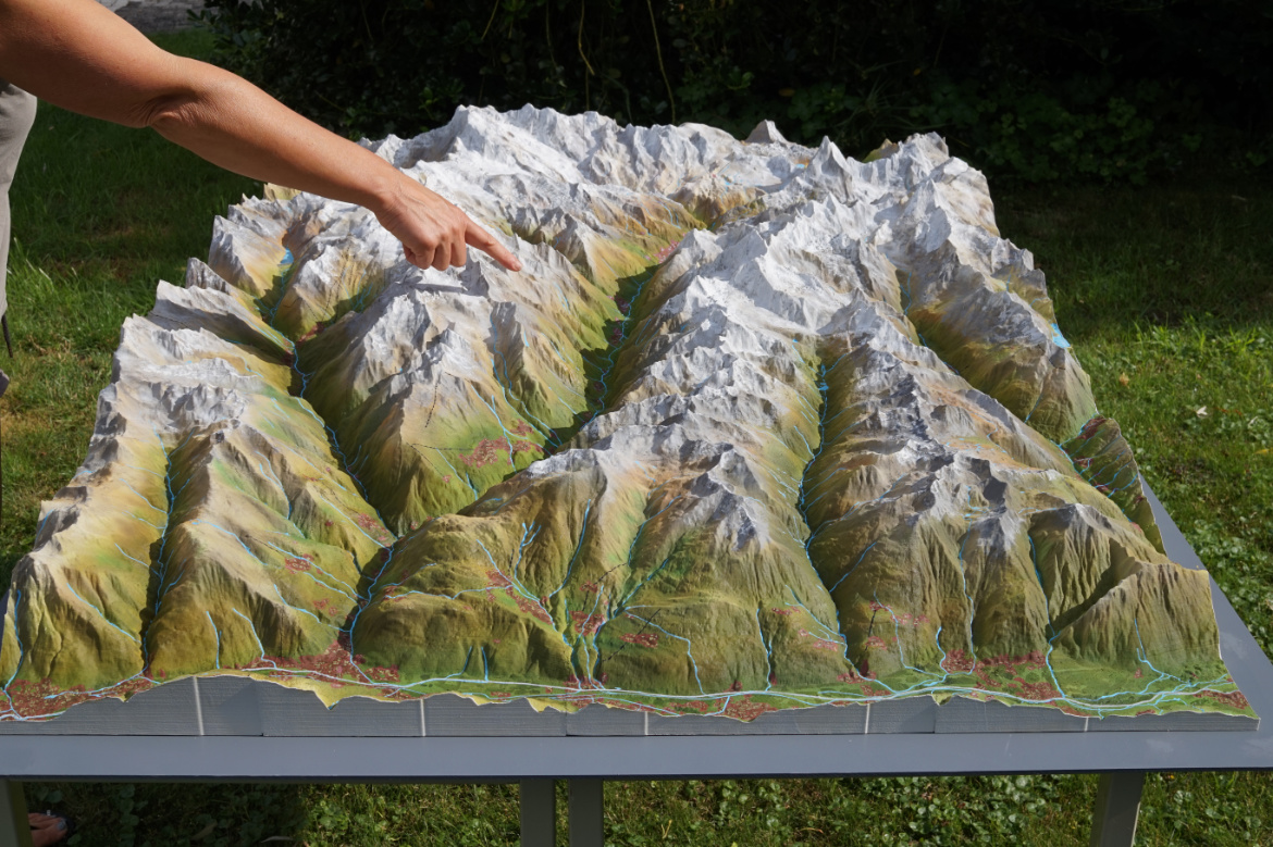 Map size: 80cm x 40cm x 13cm   weight: 3kg   water-proof coating: yes