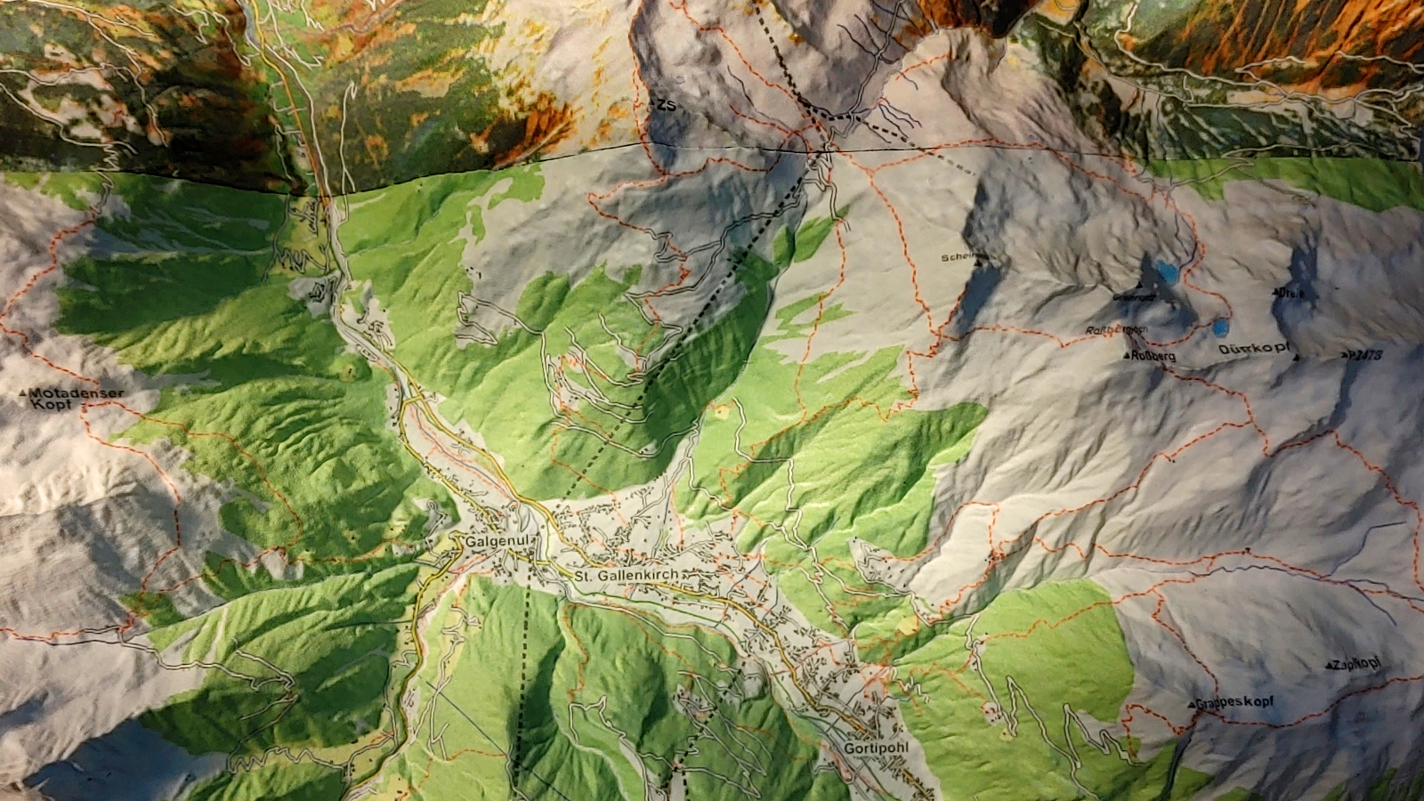 Visualize ski routes, airlifts and access roads