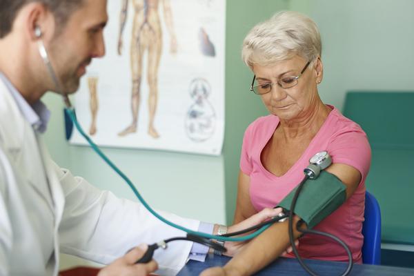 Người lớn tuổi nên theo dõi huyết áp thường xuyên