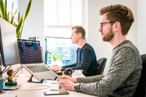 Người làm việc nhiều với máy tính dễ bị cận thị