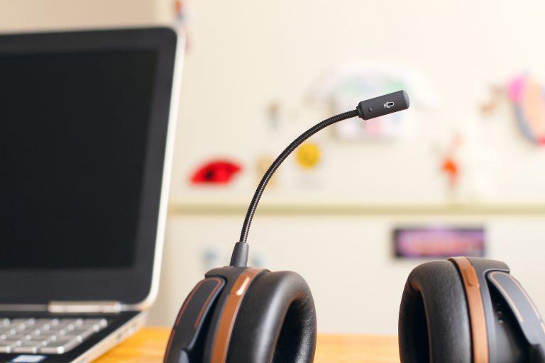 Headset sobre a mesa