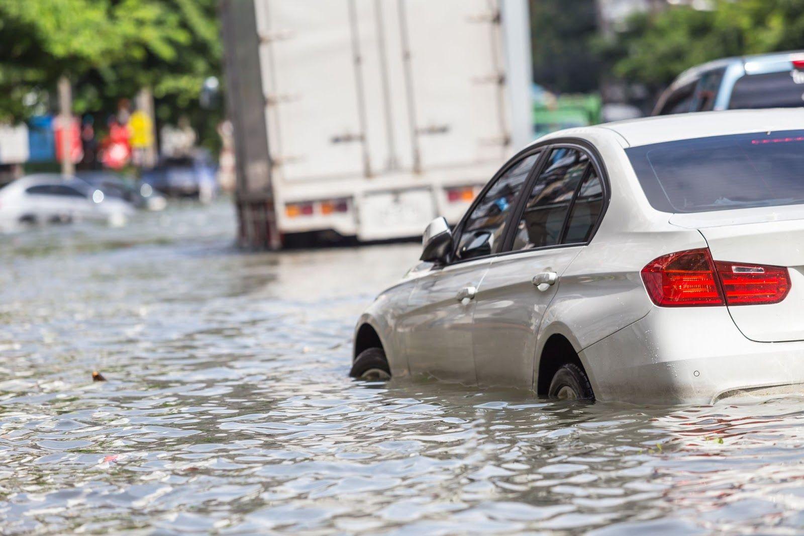 ¿Qué pasa si mi auto se ve involucrado en una inundación?
