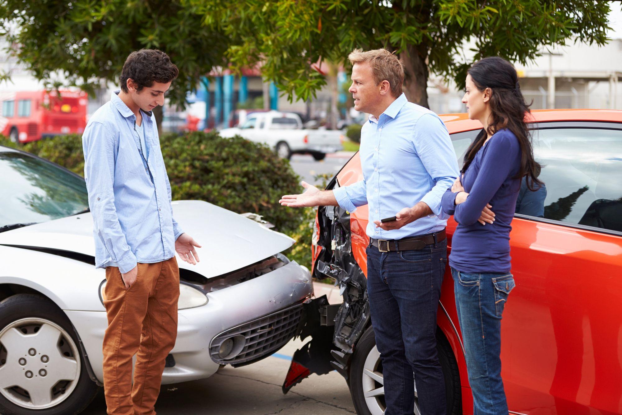 ¿Mi seguro cubre daños por accidente, si alguien más estaba conduciendo mi carro en Texas?