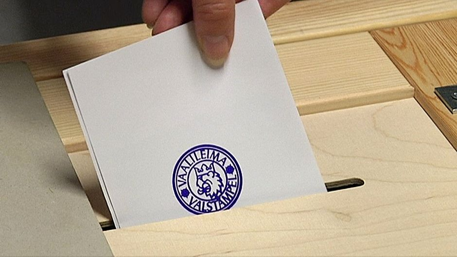 Äänestyslippu laitetaan leimattuna vaaliuurnaan